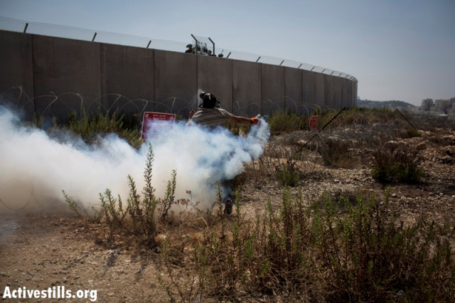 Local youth sent soldiers back their tear gas canisters (Oren Ziv / Activestills)