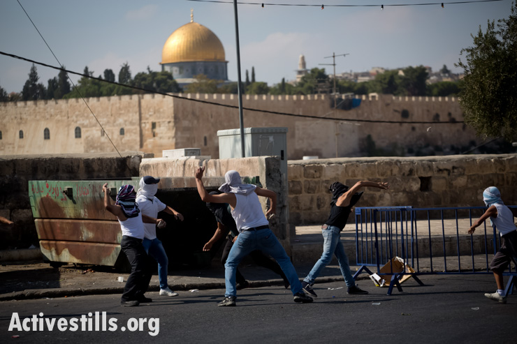 Palestinian youth throw stones during clashes in the East Jerusalem neighborhood of Ras al Amud, September 27. (photo: Oren Ziv/Activestills.org)