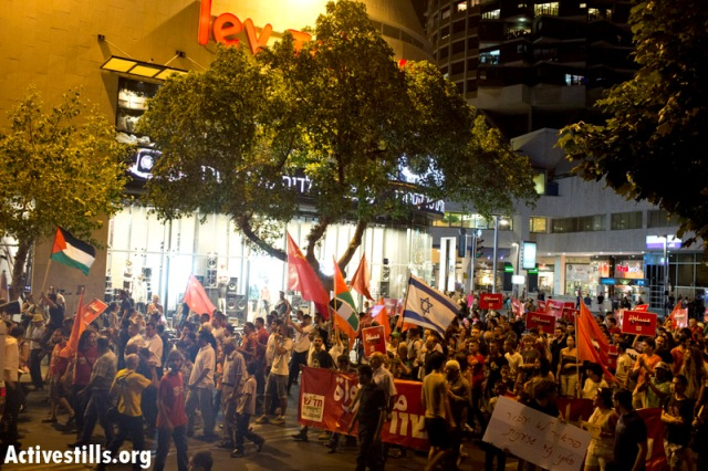 March passing by Dizingof shopping mall in the heart of Tel Aviv (Oren Ziv / Activestills)