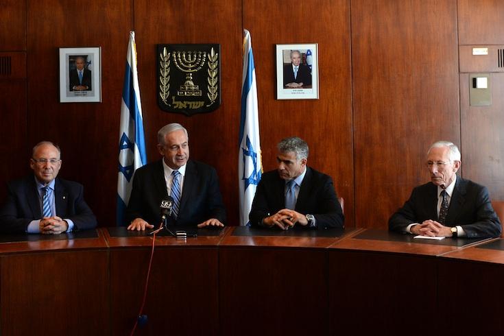 PM Netanyahu, Finance Minister Lapid, former BoI Governor Stanley Fischer and failed BoI nominee Ya'avok Frenkel (far left). (Photo: GPO)