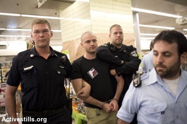 Arrests of an activist in the supermarket (Oren Ziv / Activestills)