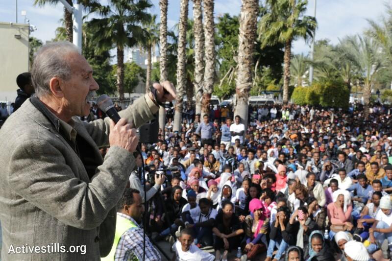 Reuven Abergel speaking at Levinksy Park in front of 7000 striking African asylum seekers, south Tel Aviv, Israeli, 7.1.2014. (Oren Ziv/Activestills.org)
