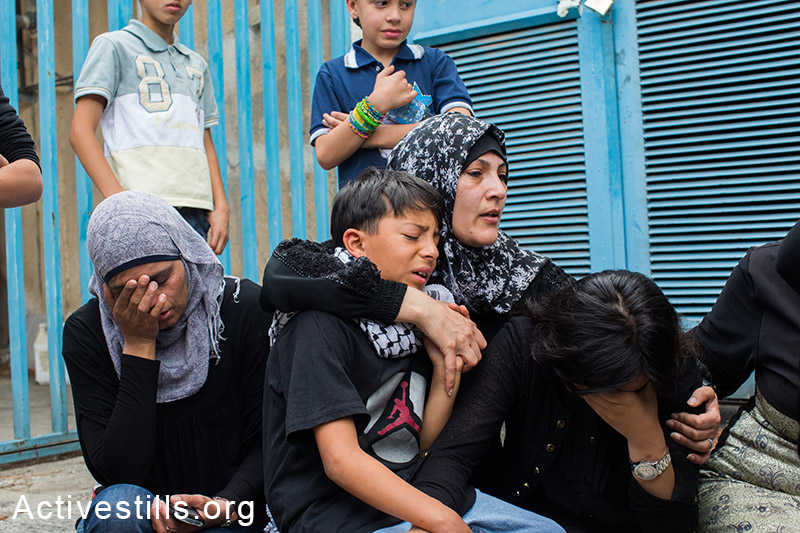 Relatives of Nadeem Nawara mourn in the hospital before his funeral procession in the West Bank city of Ramallah on May 16, 2014. (Activestills.org)