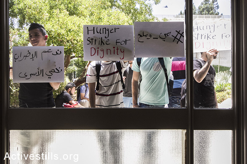 Palestinian students protest in solidarity with Palestinian prisoner that are currently on a hunger strike inside Israeli jails, in the Hebrew University, Jerusalem, June 10, 2014. (Faiz Abu Rmeleh/Activestills.org)