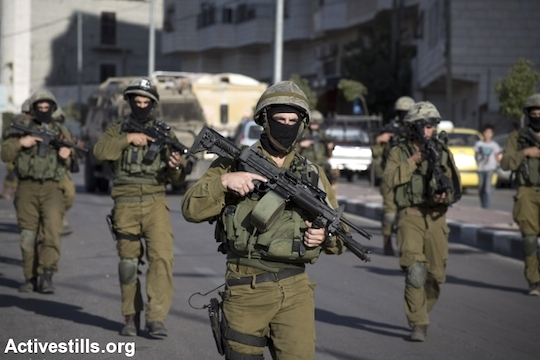 Israeli army soldiers take part in the search operation for three kidnapped Israeli teenagers, on June 17, 2014 in the West Bank town of Hebron. (File photo by Oren Ziv/Activestills.org)