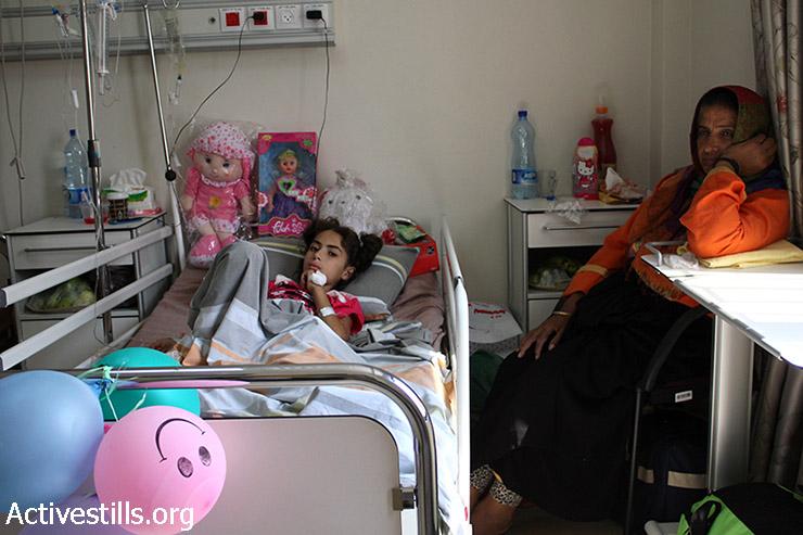 Shada Ardaa, 9, was wounded by an Israeli air strike in Rafah, Gaza strip, An-Najah hospital, Nablus, West Bank, August 5, 2014. (Ahmad Al-Bazz/Activestills.org)