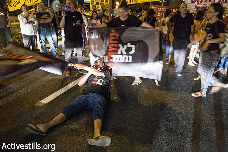 Demonstrators blocking the road at the entrance to the neighborhood. (Keren Manor/Activestills)