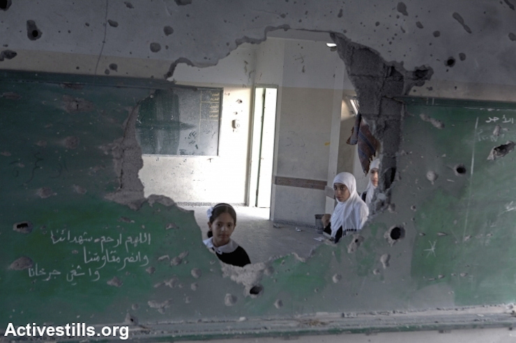 The Gaza school year began three weeks late because many schools were damaged. The first weeks of classes focused on recreational and therapeutic activities so that the children could express their feelings after underoing such a traumatic period.