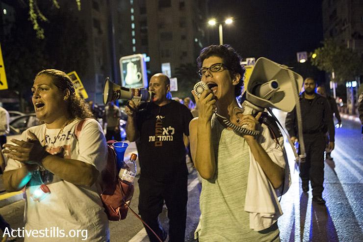 Demonstrators shout slogans in Bavli neighborhood. (Keren Manor/Activestills)