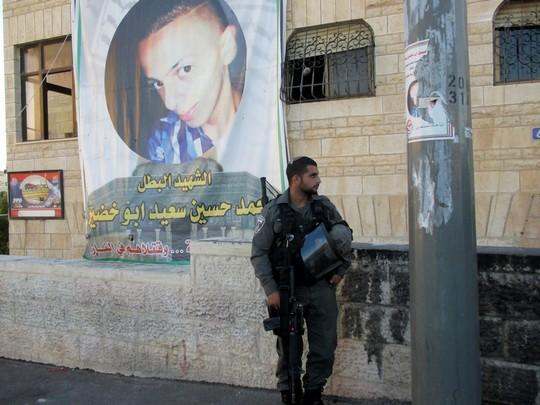 Israel Border Police officer outside the Abu Khdeir home in Shuafat, East Jerusalem Sept. 7, 2014 (Photo: Tamar Fleishman)