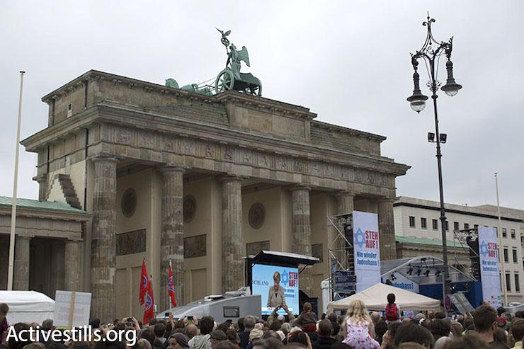 German Chancellor Angela Merkel speaks at the demonstration against anti-Semitism, September 14, 2014. (Oren Ziv/Activestills.org)