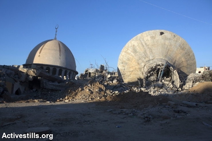The destroyed mosque and water reservoir seen in the village of Khuza'a, East of Gaza Strip, September 9, 2014. (Photo by Anne Paq / Activestills.org)