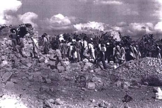 Inhabitants of Qibya coming back in their village after its attack by israeli forces, October 1953. (photo: unknown)
