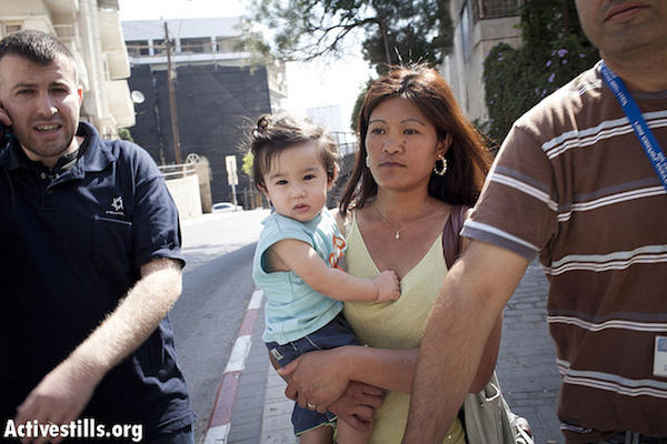Israeli authorities arrest a migrant worker and her small child [file]. (Photo by Oren Ziv/Activestills.org)