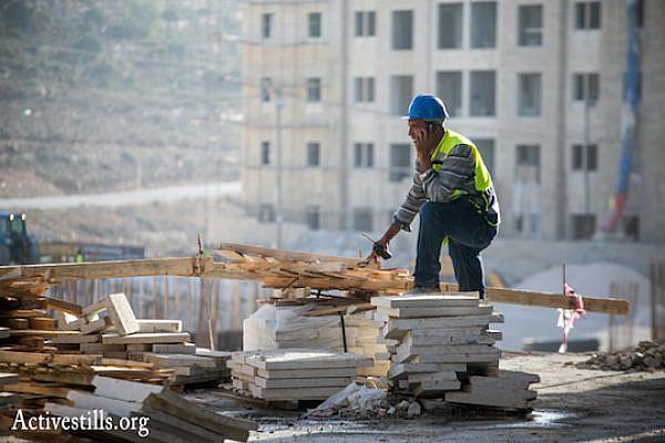 A construction worker at Rawabi. (Photo by Yotam Ronen/Activestills.org)