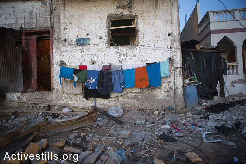Clothes hanged out in the village of Khuza'a, eastern Gaza Strip, November 6, 2014. Anne Paq/Activestills.org