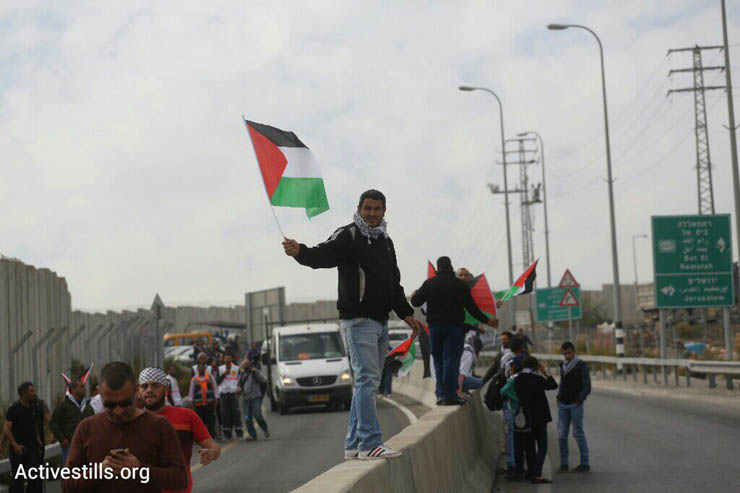 Palestinians attempt to march to Jerusalem through the Hizme checkpoint, blocking traffic and protesting against restrictions Israel places on Palestinians trying to reach the Aqsa Mosque in the holy city, November 14, 2014. (Photo by Oren Ziv/Activestills.org)