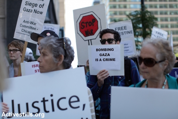 A protest condemning the Israeli assault on Gaza outside the Israeli consulate in downtown Chicago, July 16, 2014. (Photo by Tess Scheflan/Activestills.org)