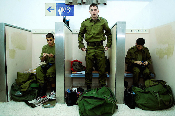 New IDF conscripts put on uniforms for the first time, November 20, 2006. (Photo by IDF Spokesperson)