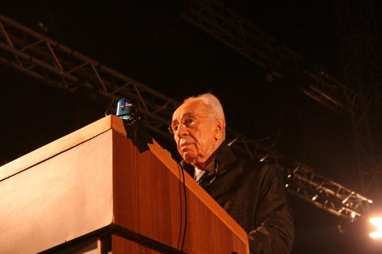 Shimon Peres speaks at a rally in honor of Yitzhak Rabin, Rabin Square, Tel Aviv. (photo: Haggai Matar)