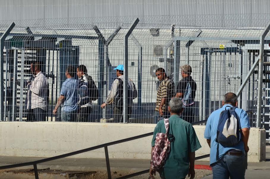 Palestinian workers returning from Israel at the Nil'in  checkpoint. (photo: Cinzia Di Napoli)