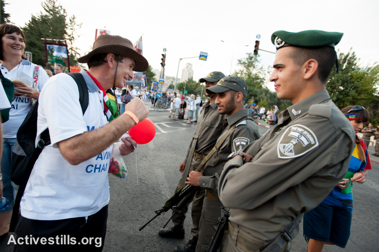 Zionist Christians participating in the annual Jerusalem March offer their support to Israeli troops along the parade route, October 4, 2012. (photo: Ryan Rodrick Beiler/Activestills.org)