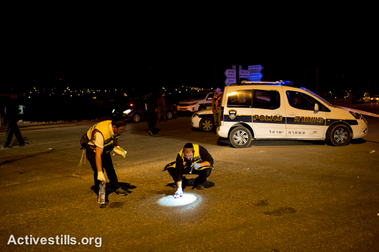 Police and medics at the scene of a stabbing attack near the Alon Shvut settlement, West Bank, November 10, 2014. A Palestinian man stabbed and killed a 26-year-old Israeli and injured two other people. (photo: Activestills.org)
