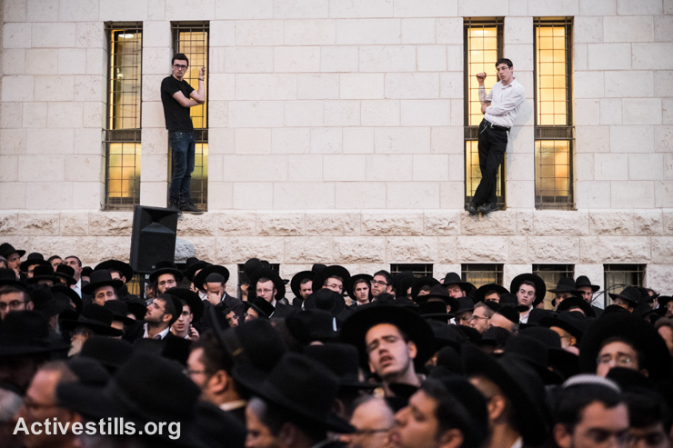Mourners gather for the triple funeral of Rabbi Kalman Levine, Avraham Goldberg and Arieh Kupinsky, in West Jerusalem, November 18, 2014. (photo: Activestills.org)