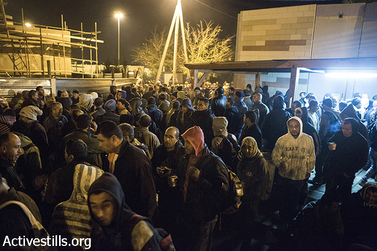 Palestinian laborers at the Sha'ar Ephraim checkpoint separating the West Bank and Israel, December 22, 2014. (Oren Ziv/Activestills.org)