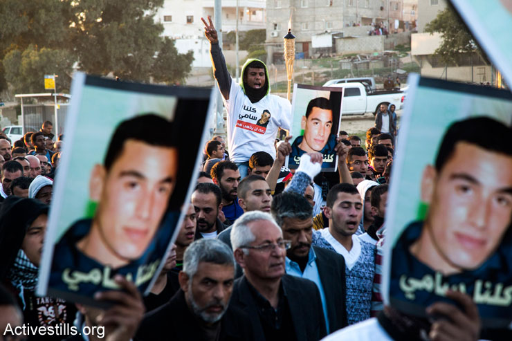 Bedouin mourners participate in a rally in the southern Israeli Bedouin city of Rahat to condemn the death of Sami Ja'ar, 22, who died of a gunshot wound last week during a police raid in the Negev Bedouin town, and of Sami Ziadna, who was killed during clashes with Israeli police following the funeral of Ja'ar. The protesters march from the house of Ja'ar family to Ziadna family home, January 20, 2015. (Activestills.org)
