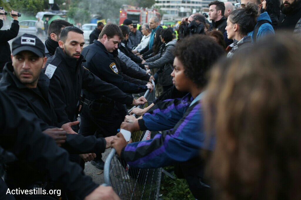 Residents and activists facing police at the end of the Giv'at Amal eviction (Activestills)
