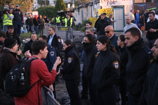 Speaking with the police, Givat Amal, Tel Aviv, December 29, 2014. (Photo by Haggai Matar)