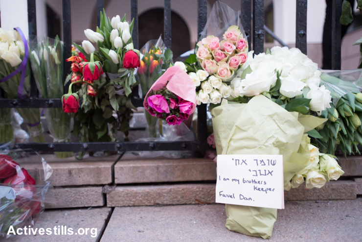 Flowers in front of the Oslo Synagogue in memorialize Dan Uzan, who was shot and killed while guarding a synagogue in Copenhagen, Denmark, the previous week, February 21, 2015.
