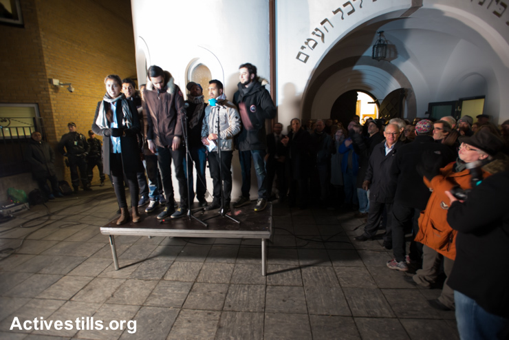 "Members of the Jewish community applaud 17-year-old Hajrah Arshad (left) and other Muslim youth who organized the ""Ring of Peace"" vigil, February 21, 2015. The vigil was organized by Muslim youth in solidarity with Norway's Jewish community following anti-Jewish attacks in Denmark and other parts of Europe."