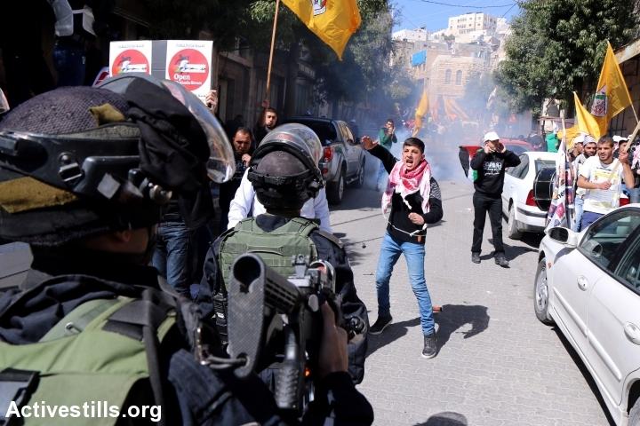 Palestinians protest against the closure of Shuhada Street, Hebron, West Bank, February 27, 2015. (Ahmad al-Bazz/Activestills.org)