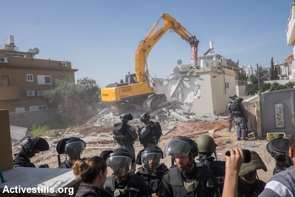 Demolishing Hannah al-Naqib's home in Lod, February 10, 2015. (Photo by Yotam Ronen/Activestills.org)