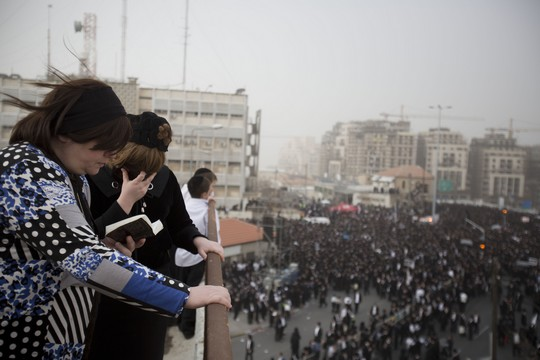 Jewish ultra-Orthodox women pray on a balcony in Jerusalem. (photo: Tali Mayer/Activestills.org)