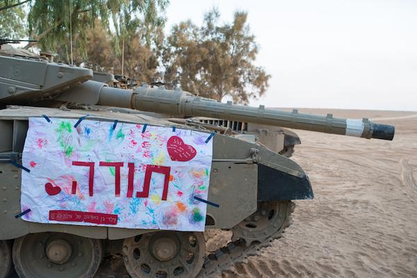 A 'thank you' sign sent by Israeli children hangs on an IDF tank. (Ran Zisovitch / Shutterstock.com)