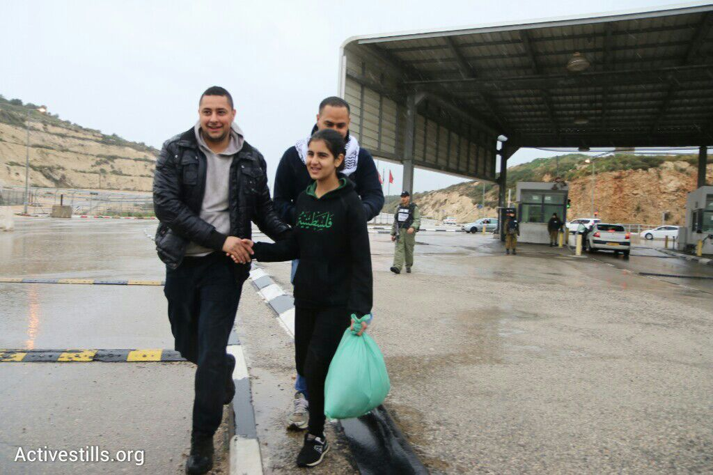 Malak al-Khatib is greeted by family members as she is released from prison after 44 days, Jabara checkpoint, near Tulkarem, West Bank, February 13, 2015. (photo: Ahmad al-Bazz)