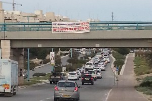A sign supporting the shooting officer hangs above an overpass in Beersheba. (Photo by Chaya Noah, the Negev Forum for Coexistence)
