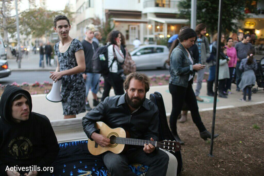 +972's Yuval Ben-Ami plays guitar at the re-established protest tent on Rothschild Boulevard, Tel Aviv, March 1, 2015. (photo: Oren Ziv/Activestills.org)