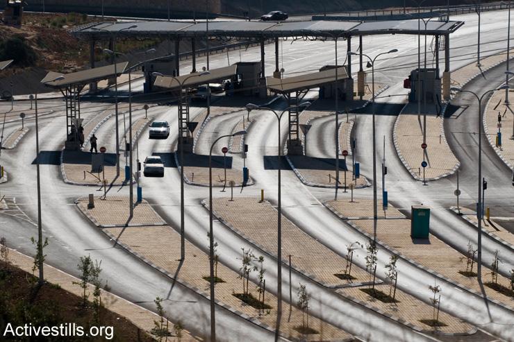 The 'Tunnels' checkpoint near Bethlehem. (Oren Ziv/Activestills.org)