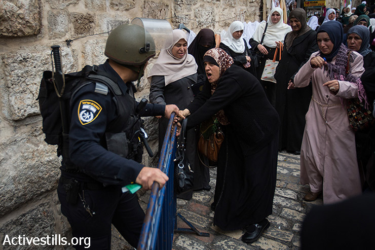 A Palestinian woman argues with an Israeli policemen near the Lion's Gate in the Old City of Jerusalem November 2, 2014. Israeli police closed Al Aqsa compound for a few hours to Muslims men under 45, and to women in all ages, after right-wing activists toured the compound that morning.