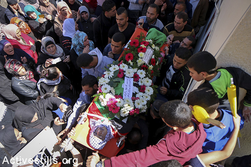 Hundreds participate in the funeral for Ali Safi, Jalazun refugee camp near Ramallah, March 26, 2015. (photo: Ahmad al-Bazz / Activestills.org)