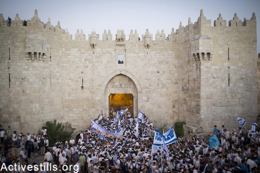 Israel youth should slogans outside Damascus Gate in Jerusalem's Old City, as they take part in the 'March of the Flags,' marking 48 years since Israel captured and annexed East Jerusalem, May 17, 2015. (Activestills.org)