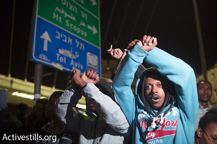 Ethiopian-Israelis protest police brutality against Ethiopians in Jerusalem, blocking Israel's Highway 1, April 30, 2015. (Oren Ziv/Activestills.org)