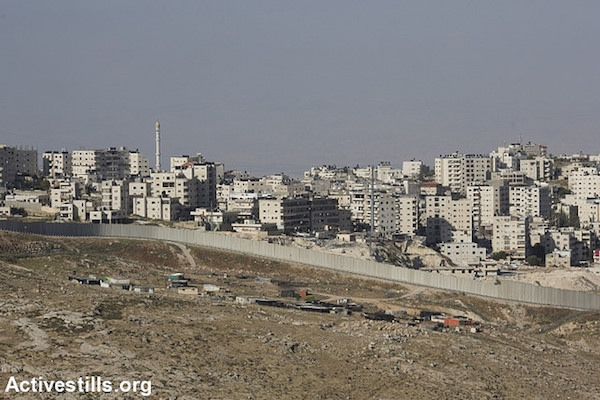 The separation wall surrounds a Palestinian neighborhood of East Jerusalem, May 15, 2015. (Activestills.org)