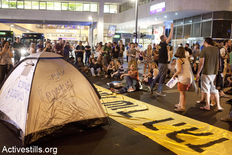 Protestors block Dizengoff Center junction in Tel Aviv during a demonstration against privatization and exportation of natural gas. June 19,2013. (Keren Manor/ Activestills.org)
