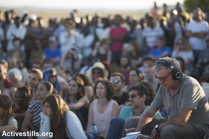 Direct0r Avi Mughrabi seen during the Holot theater troupe's performance, Holot detention center in the Negev desert, June 13, 2015. (photo: Oren Ziv/Activestills.org)