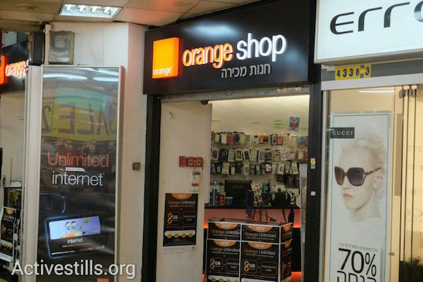 An Orange-branded cellular store in Tel Aviv, June 5, 2015. (Photo by Yotam Ronen/Activestills.org)